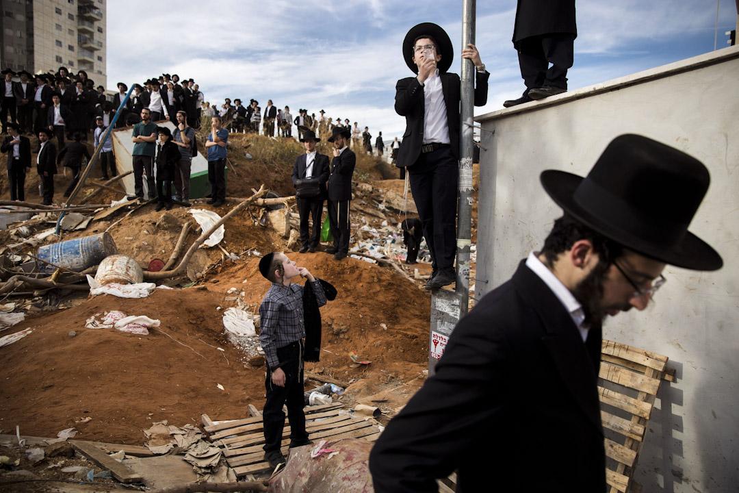 2017年12月12日,極端正統猶太教精神領袖施泰因曼日前以104歲高齡辭世,他的葬禮在故里布內布拉克鎮舉行,數十萬教徒湧上以色列布內布拉克鎮街頭悼念。 攝:Oded Balilty /AP