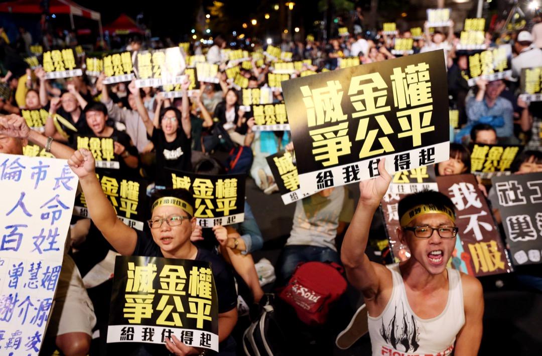 2014年10月4日晚,巢運在台北市仁愛路帝寶外舉行夜宿帝寶活動,抗議民眾在帝寶外舉標語抗議房價居高不跌。