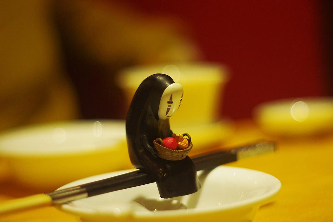甄江華把「無臉男」內化成了自己的人格。身穿一襲黑袍,獨來獨往,戴着低眉的面具,表情無悲無喜,這個形象,成為了他自己。