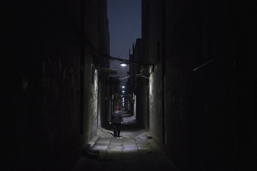 近數周北京加大清拆違章建築,不少農民工被強行迫遷,沒有得到任何安置和補償,他們被迫於寒冷天氣下尋找下一處安居之所。圖為一名婦女於廢棄的小巷中。
