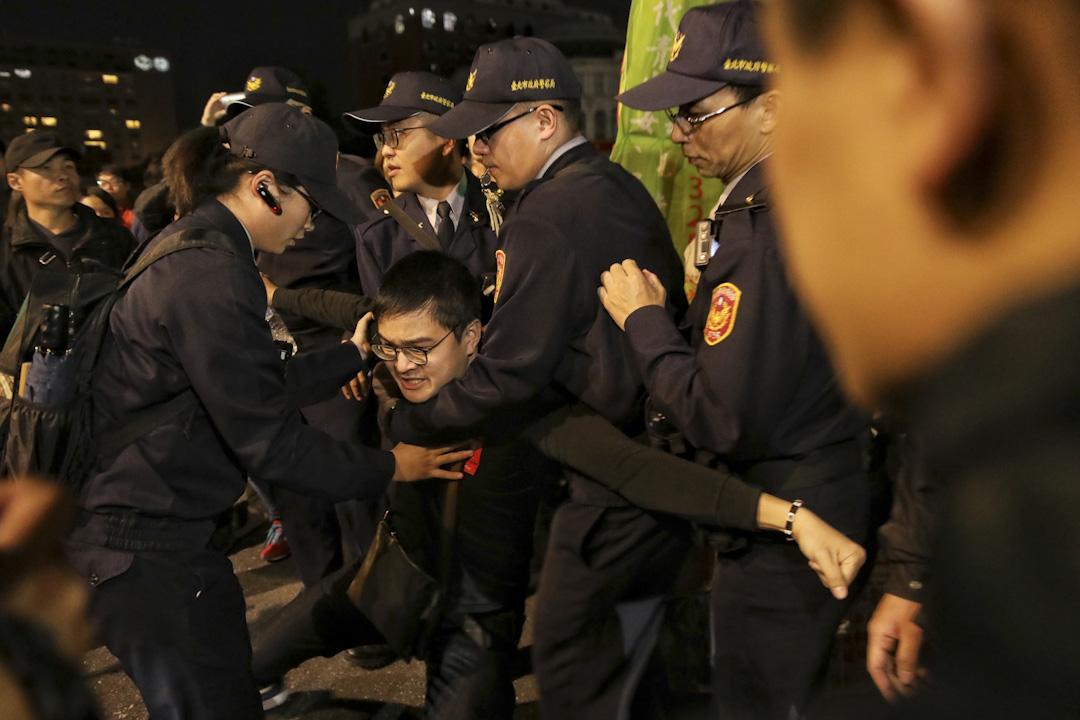 傍晚遊行結束後過百人拒絕離開,在街頭流竄,示威者在台北車站與警方對峙,新凌晨警方進行清場,驅散所有遊行人士。