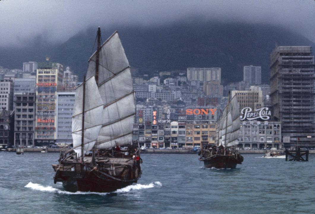 太平洋戰爭結束後,香港社會和經濟在不到一個十年的1950年代已經轉型,英國洋行在殖民地政府中作為唯一政治對話者的支配地位,也開始改變。圖為1962年香港。