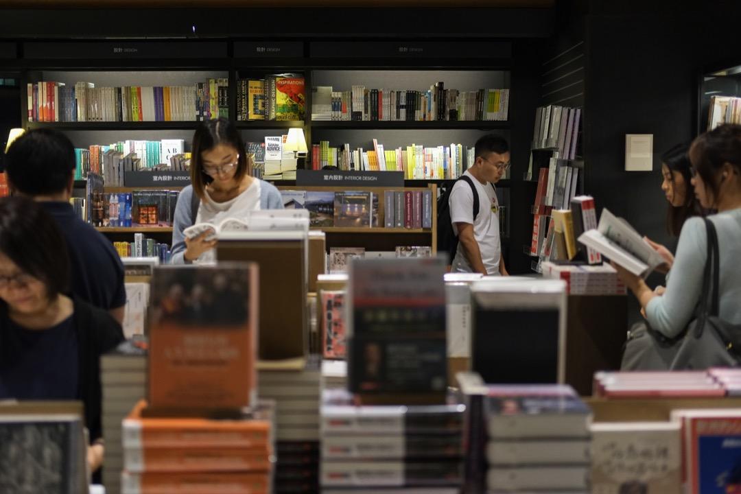 社群網絡不僅改變著人們的閱讀習慣、閱讀定義,還影響書籍的銷售及閱讀的方向。  攝:Stanley Leung/端傳媒