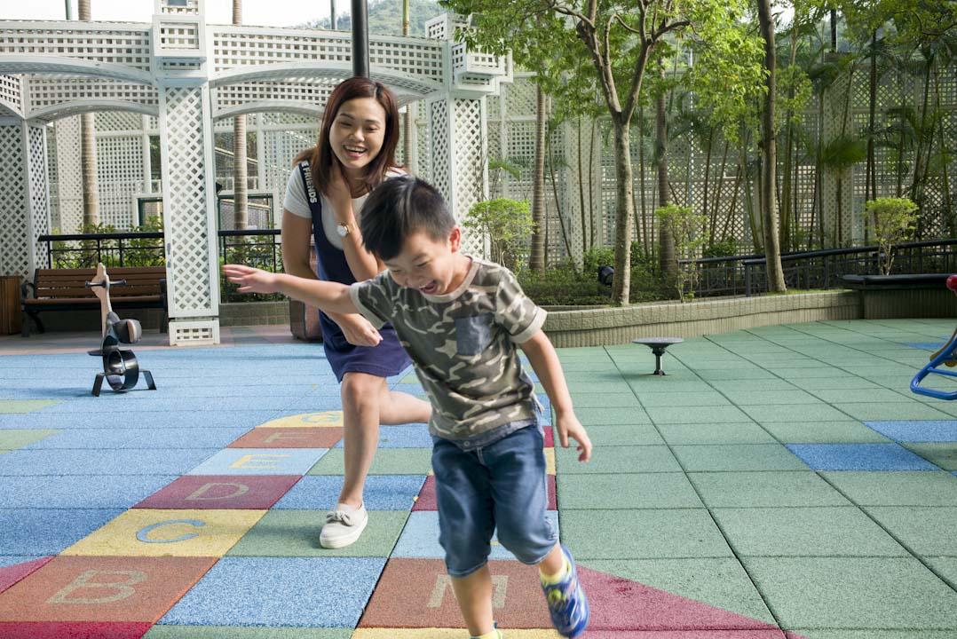 有一女一子的家長張文青,與即將升選小一的小兒子在遊樂場玩耍。張文青自己也沒有讀大學,也相信要讀學位,不一定要通過 DSE,孩子將來想讀,總有機會可以再讀。