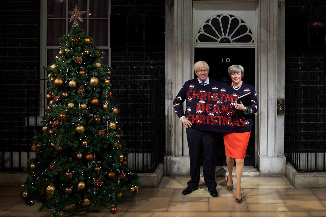 2017年12月13日,倫敦杜莎夫人蠟像館展出英國首相文翠珊與外相約翰遜的蠟像,手持聖誕快樂的口號,並排在唐寧街十號前。