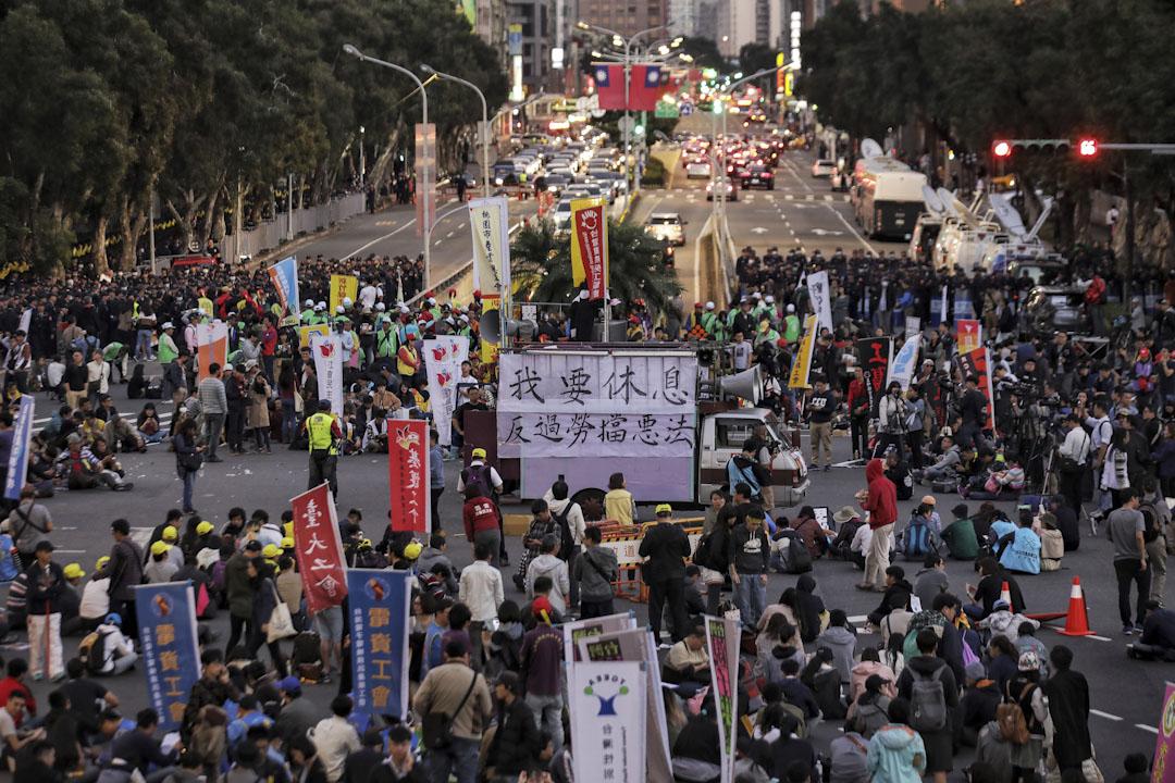 2017年12月23日,「反勞基法修惡大遊行」,示威人士集結於民進黨中央黨部前地出發,於行政院前解散,之後約數百人在台北街頭展開「遊擊戰」。 攝:張國耀/端傳媒