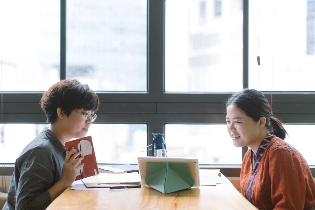 出版社「後話文字工作室」創辦人譚穎詩 (左)和阿園 (右)。