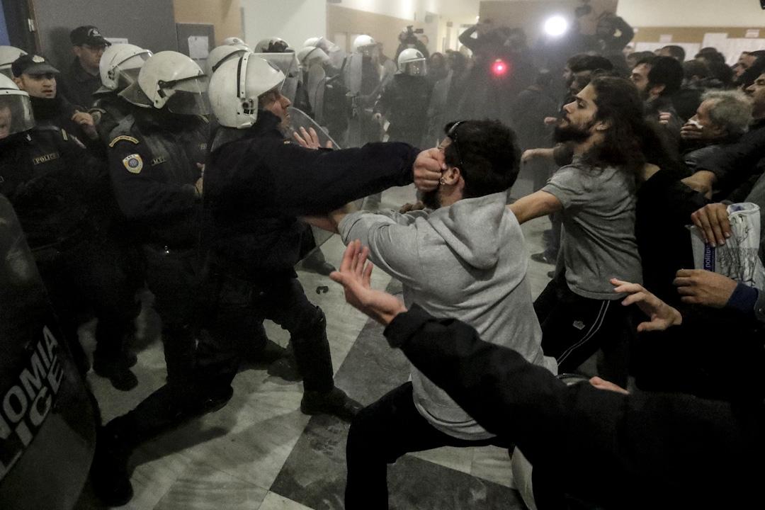 2017年11月29日,希臘雅典一個法院拍賣一批無力償還銀行債務業主的物業,期間大批業主到法院示威,企圖阻止拍賣,並與在場戒備的警員衝突。