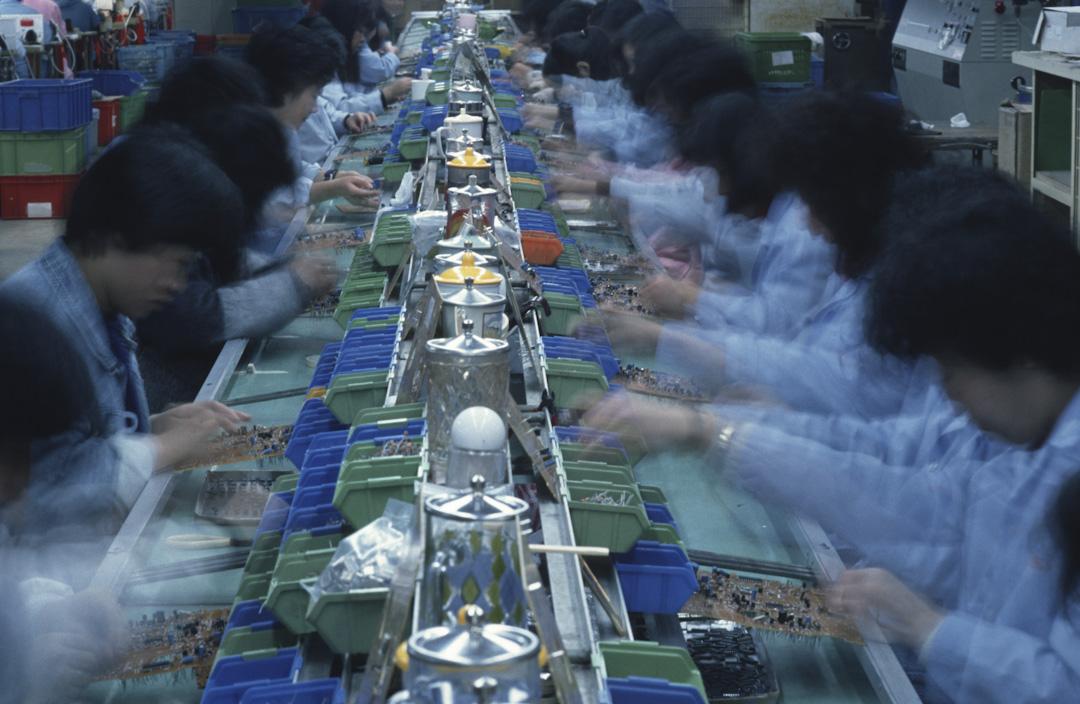 去工業化加速了商業的多元化。香港從製造業基地變成金融和服務業中心的過程中,本地企業進入了不同行業。雖然許多本地企業在20世紀70年代便開始跨界擴張,但去工業化加速了這一進程。生產線移到中國大陸後,空出來的廠地便留給地產商去發展了。