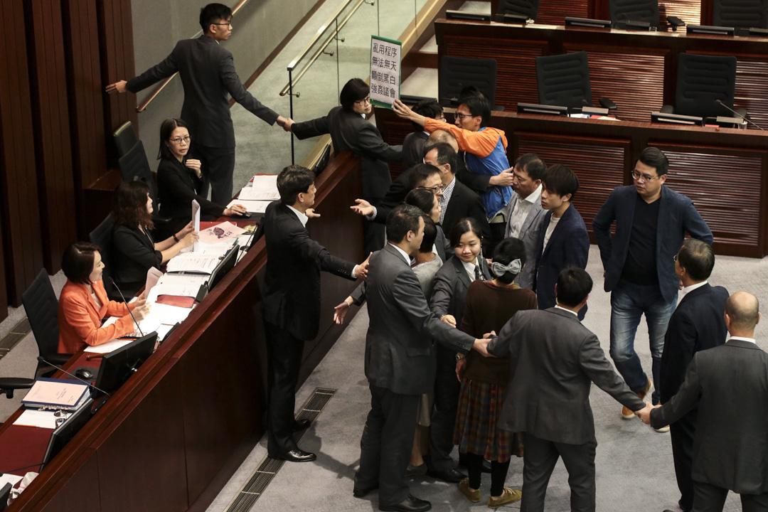 2017年11月17日,立法會內務委員會召開會議討論議事規則的修訂,期間泛民主派議員不滿主席李慧琼濫用權力,強行跳過會議程序,集體走到主席台抗議,引起混亂。 圖:端傳媒