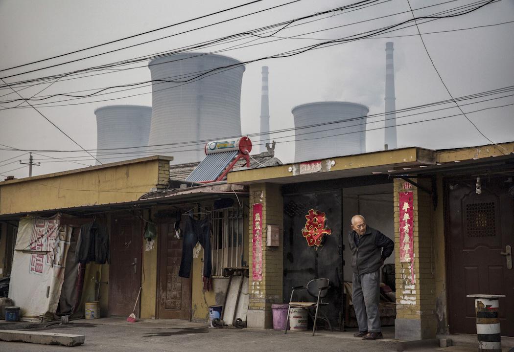 為改善霧霾問題,中國北方多個省份在供暖季開始強制推行「煤改氣」工程,因價格過高、設備未安裝完善等問題致大量居民受凍,甚至出現學校、醫院無供暖情況。 攝:Kevin Frayer/Getty Images