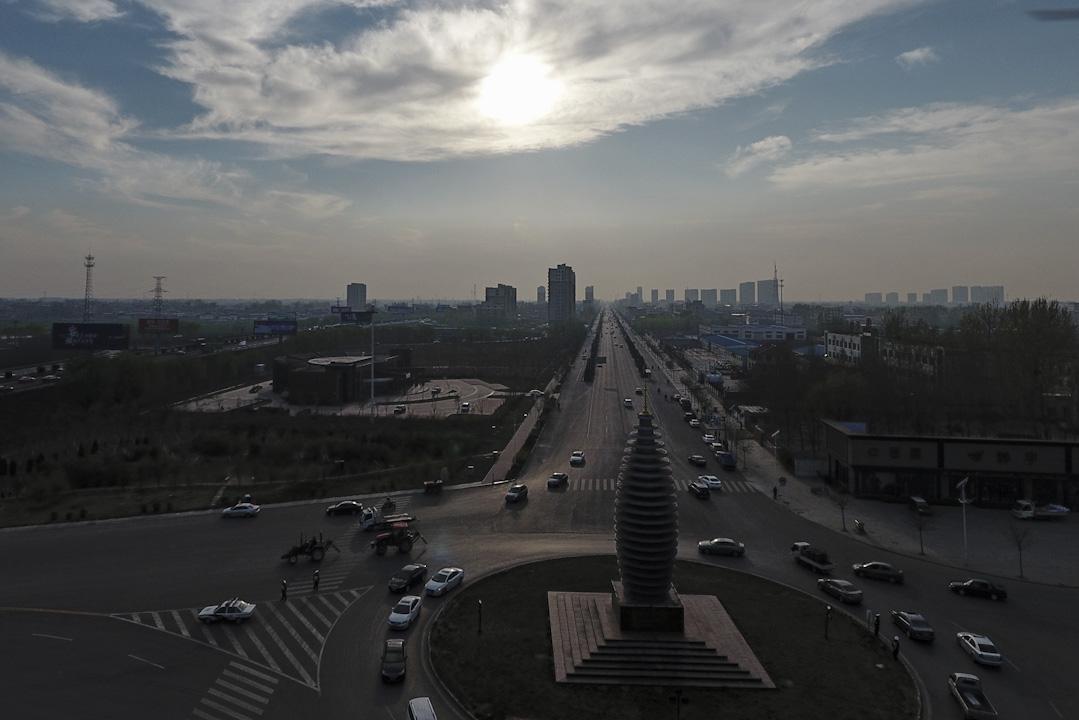 將雄安的規劃理解為一座「模範未來都市」,我們便可以得到這樣一條線索:雄安的建設和北京的瘦身,是一體兩面的「互補」狀態。圖為雄安容城縣城內市民廣場。