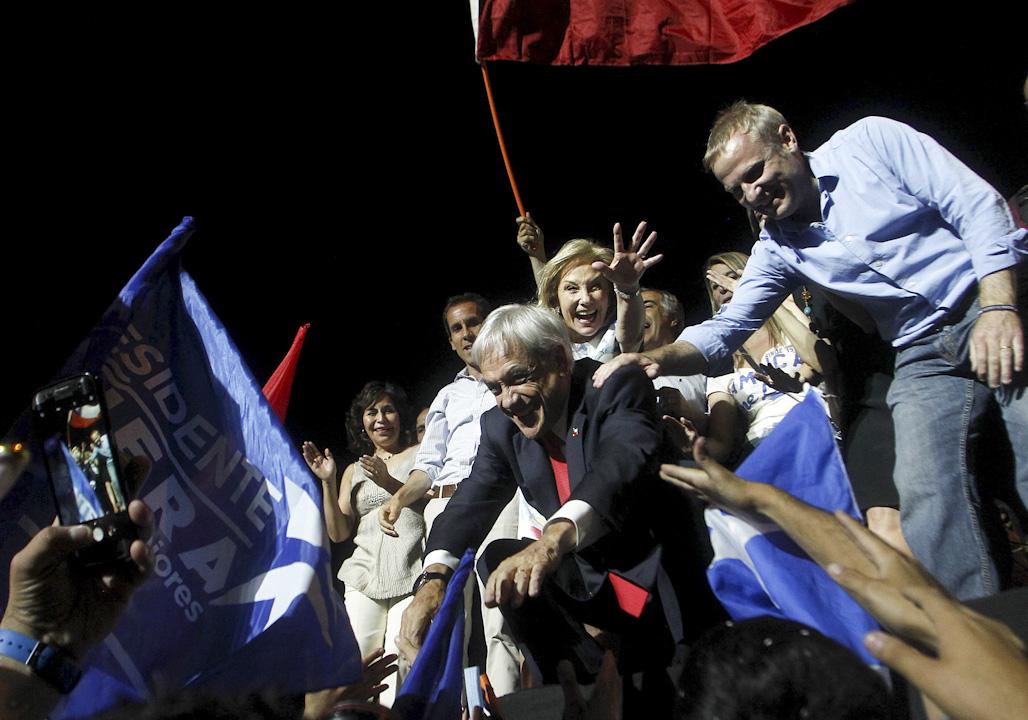 2017年12月17日晚,智利官方宣布,根據對總統選舉第二輪投票99.62%選票的統計,前總統塞瓦斯蒂安·皮涅拉獲得54.57%的選票,當選下任智利總統。 攝:Claudio Reyes/AFP/Getty Images