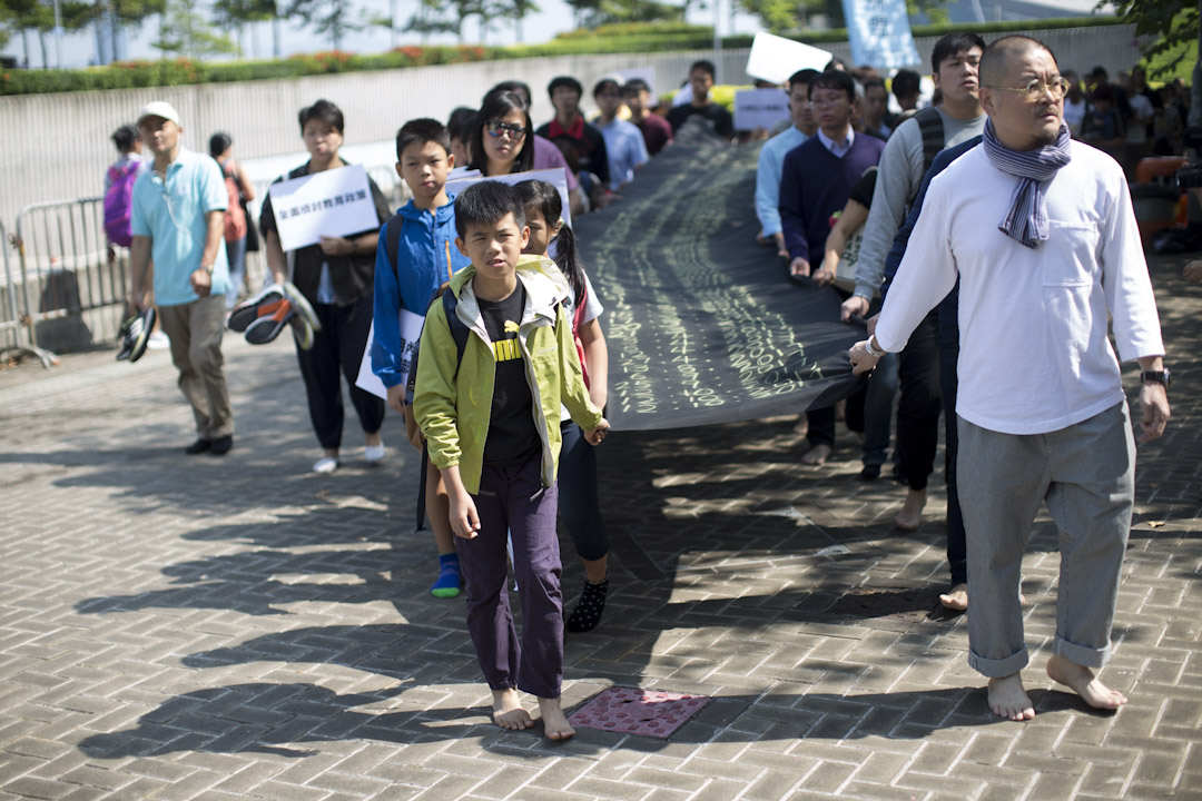 2017年10月22日,防殺聯及家長聯盟,聯同立法會議員邵家臻、葉建源、梁耀忠等一行數十人由立法會示威區赤腳遊行至特首辦。