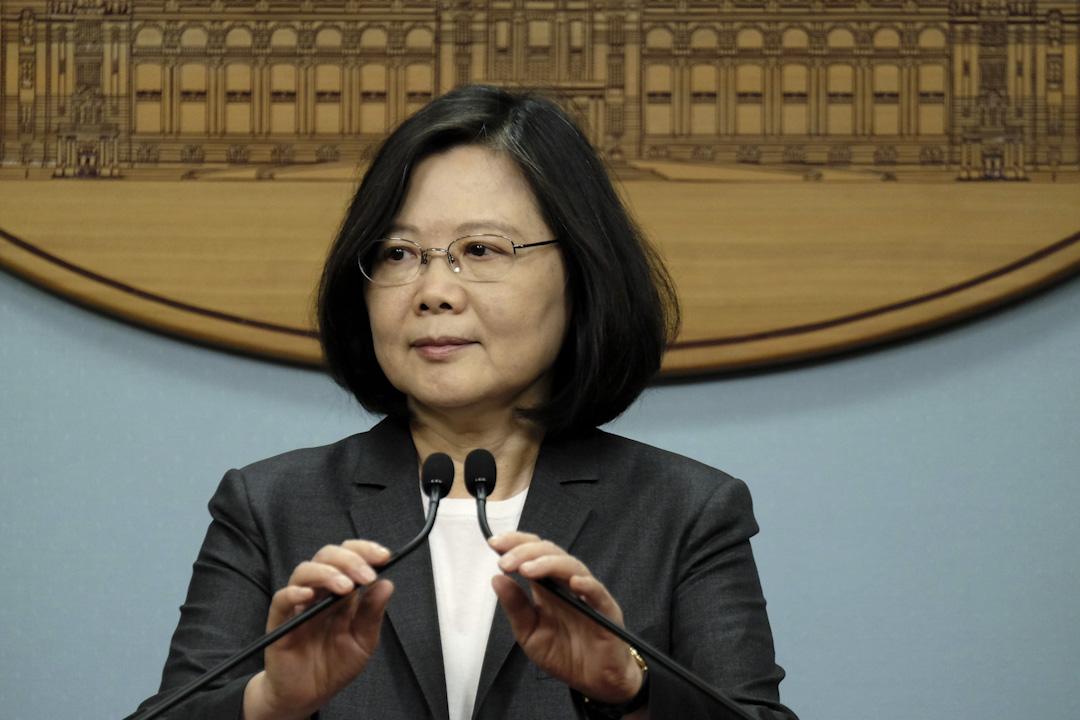台灣總統蔡英文政府自2017年年5月就職以來,就開始推進另一波年金改革方案,大大影響了國民教育第一線的老師們,退休金減砍,老老師延退、新老師難進,學校新陳代謝機制不良。
