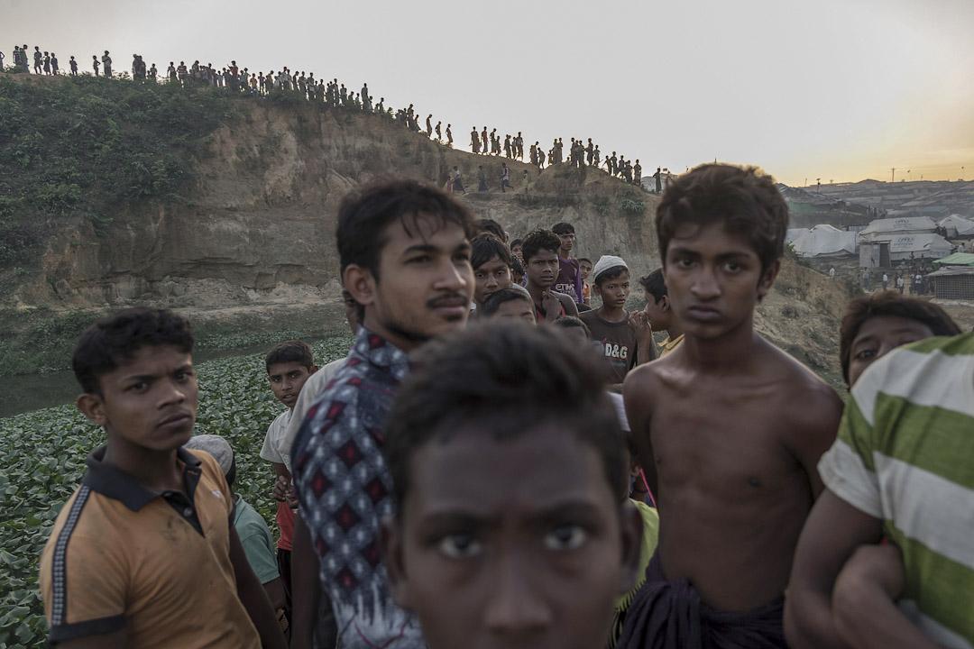 2017年11月26日,孟加拉科克斯巴扎爾縣,年輕的羅興亞難民站在 Kutupalong 難民營前。