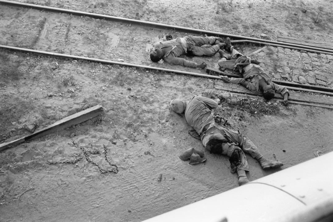 「六日戰爭」中,以色列佔領的65,000平方公里土地包括埃及控制的加沙地帶和西奈半島、約旦控制的西岸地區和耶路撒冷舊城、敘利亞的戈蘭高地。圖為1967年6月以色列道路上死去的埃及士兵。