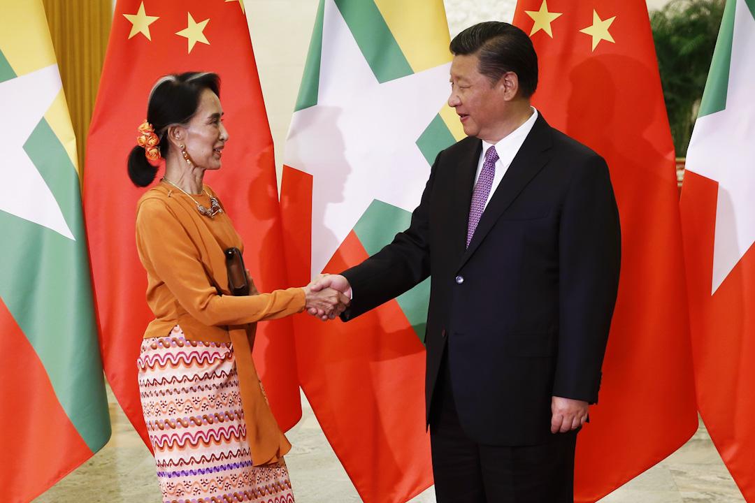 2017年5月16日,習近平在北京人民大會堂會見來華出席「一帶一路」國際合作高峰論壇的昂山素姬。 攝:Damir Sagolj /AFP/Getty Images