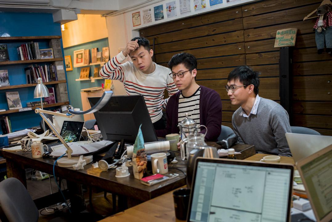本土研究社是「香港前途研究計畫」的發起者之一,團隊重視藉由策劃,將過去檔案對應當下有時效性的議題,呈現檔案的意義。左起為本土研究社成黃肇鴻、陳劍青、姚政希。