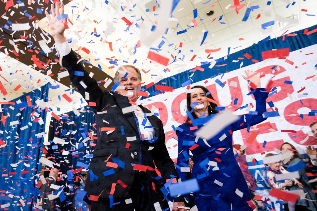 民主黨參選人瓊斯(Doug Jones)得知選舉結果後,發表勝選宣言,並與支持者慶祝。 攝:Bill Clark / Getty Images