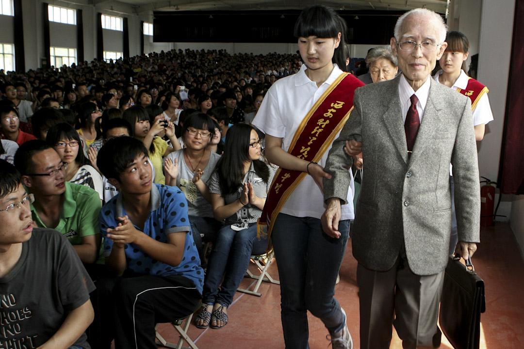 2017年12月14日,詩人余光中病逝, 享年89歲。圖為詩人余光中2012年出席西安一個大學活動。  攝:Imagine China