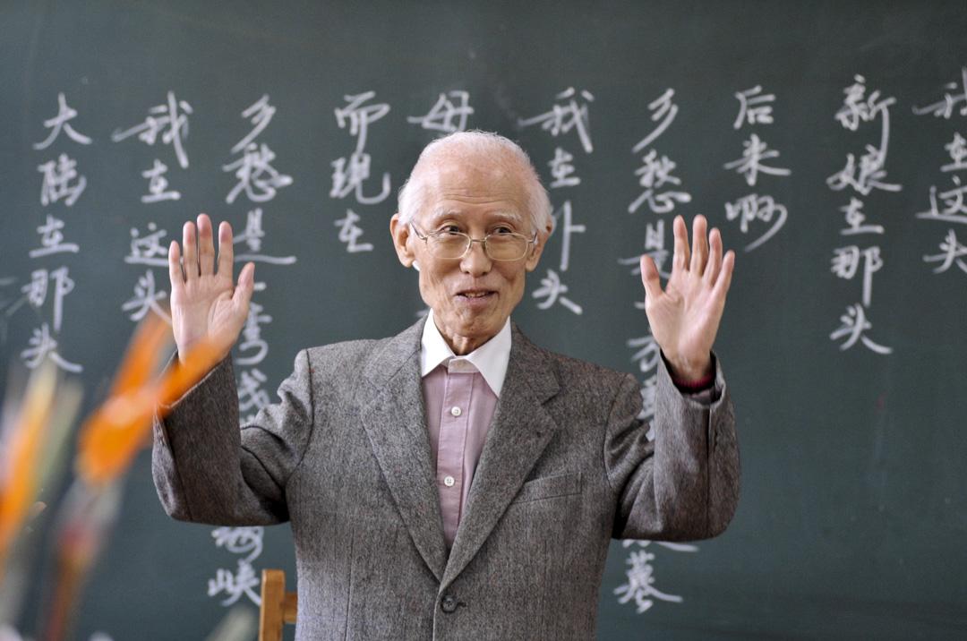 詩人余光中於12月14日病逝於高雄醫學大學附設醫院,享壽89歲。圖為2008年10月7日重陽節,出生在南京的台灣詩人余光中重新回到了曾經的母校-秣陵路小學,並且和學生們一起度過了80歲的壽辰。 攝:Imagine China