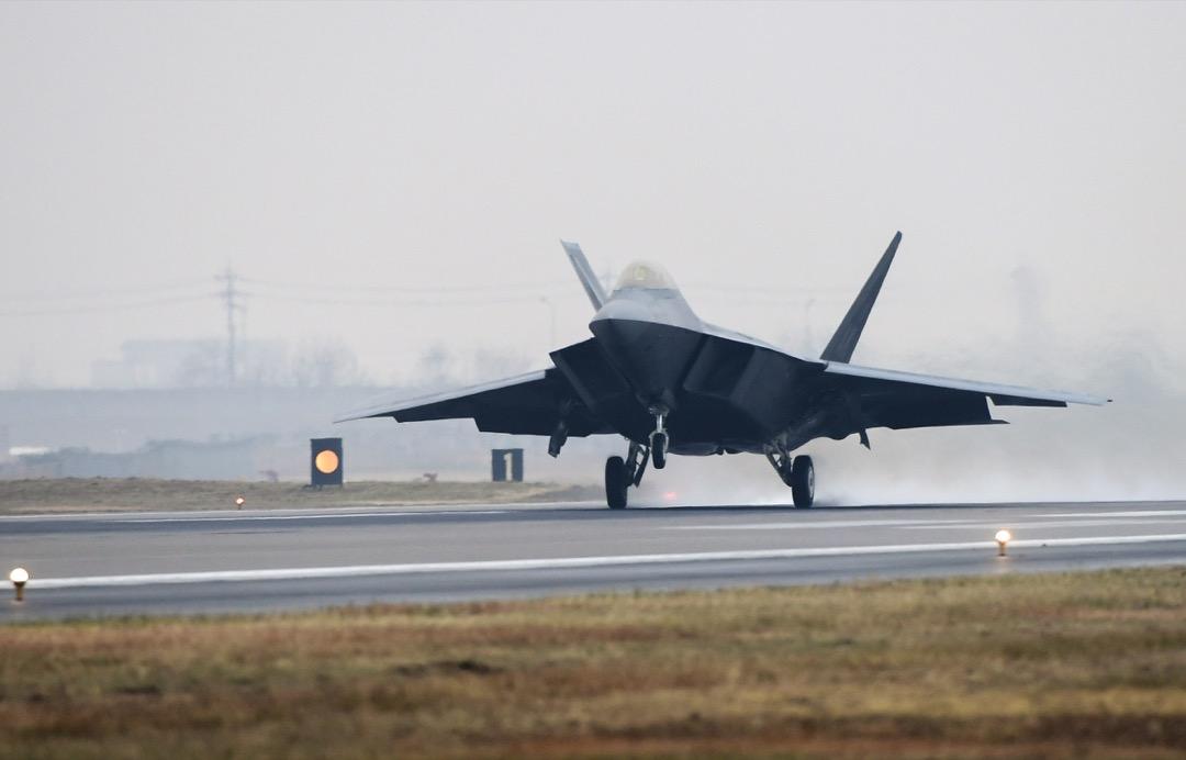 美國和南韓今起連續5天舉行「警戒王牌」空中軍事演習,兩軍共出動逾230架飛機,1.2萬名士兵,圖為正在起飛的 F-22 隱形戰鬥機。 攝:Yonhap via Imagine China