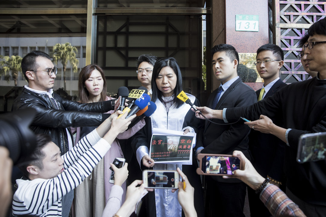 2017年12月22日,新黨對王炳忠被搜索案召開記者會,王炳忠在記者會中播放影片,控訴調查官所持的搜索票根本沒有法官簽名,是一張不合法的搜索票。