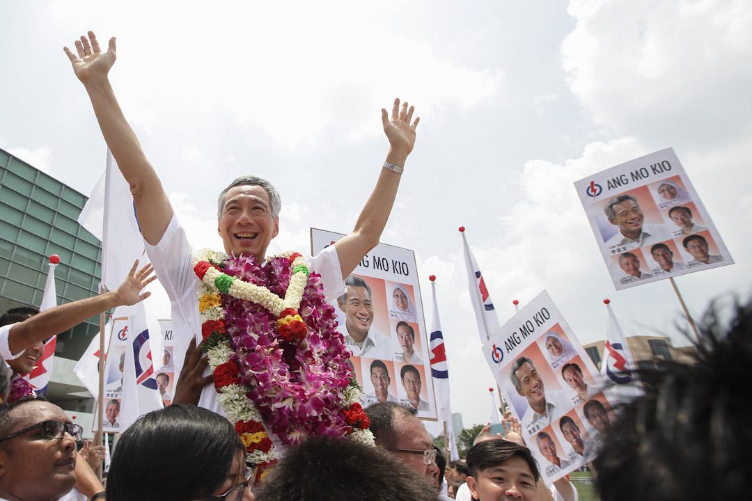 2015年9月1日,新加坡總理和人民行動黨秘書長李顯龍於大選提名結束後接受支持者歡呼。