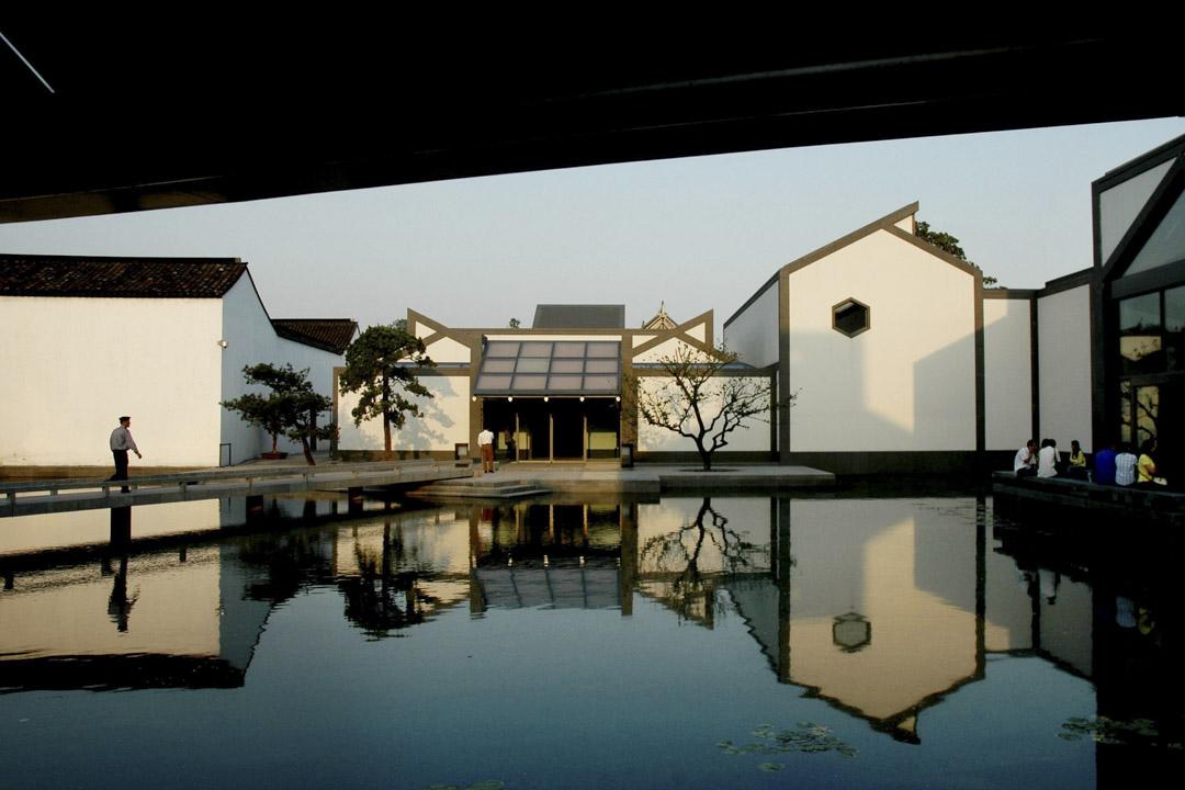 蘇州博物館成立於1960年。館址分兩部分,東部舊館是太平天國忠王府舊址,西部新館由著名建築師貝聿銘設計,於2006年建成開放。