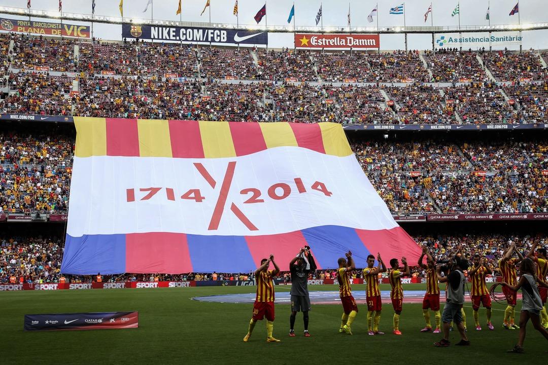在2014年9月13日的那場比賽中,巴塞隊員首次在魯營身披令旗樣式的紅黃條紋比賽服,球迷則揮舞着代表支持加泰隆尼亞獨立的「星旗」(Estelada),觀眾席撐起的巨大幕布上寫着「1714 X 2014」,球門後的字母板拼出加泰語「Serem Lliures」(我們將會自由)。