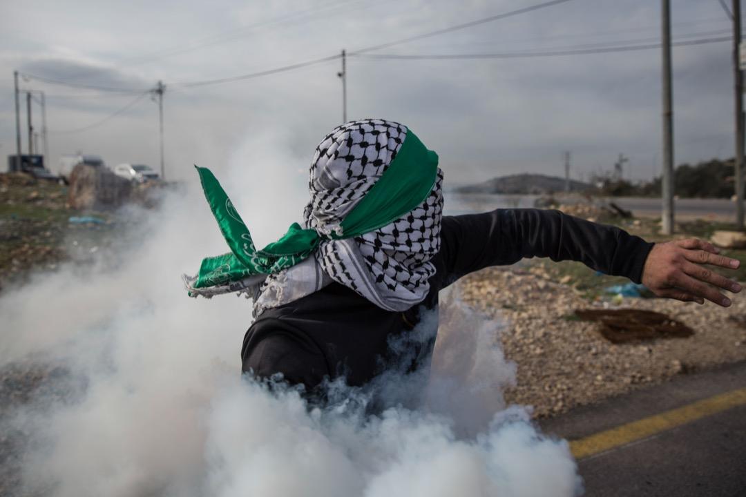 2017年12月19日,美國總統特朗普決定承認耶路撒冷為以色列首都後,巴勒斯坦人在與駐守約旦河西岸城市比爾的市郊的以色列軍隊發生衝,一名示威者把射向它們的催淚彈擲回以色列軍方處。