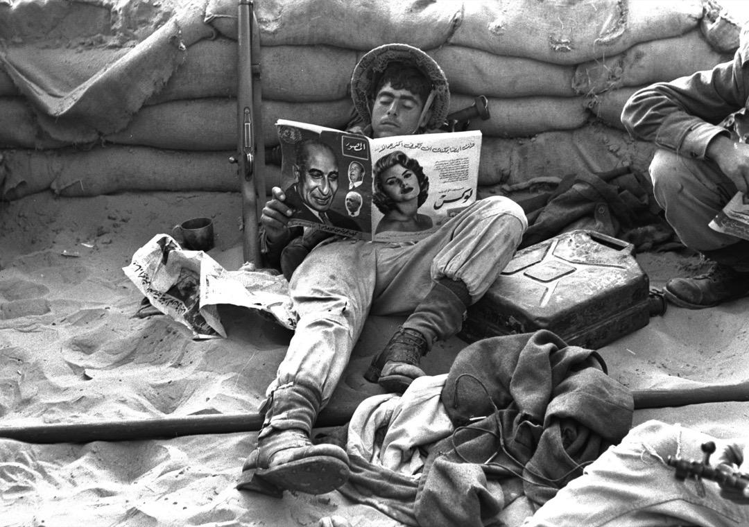 1956年11月,時值第二次中東戰爭,以色列第一次佔領蘇伊士運河地區時,一名以色列士兵閱讀在被佔領的埃及陣地中找到的阿拉伯語雜誌。