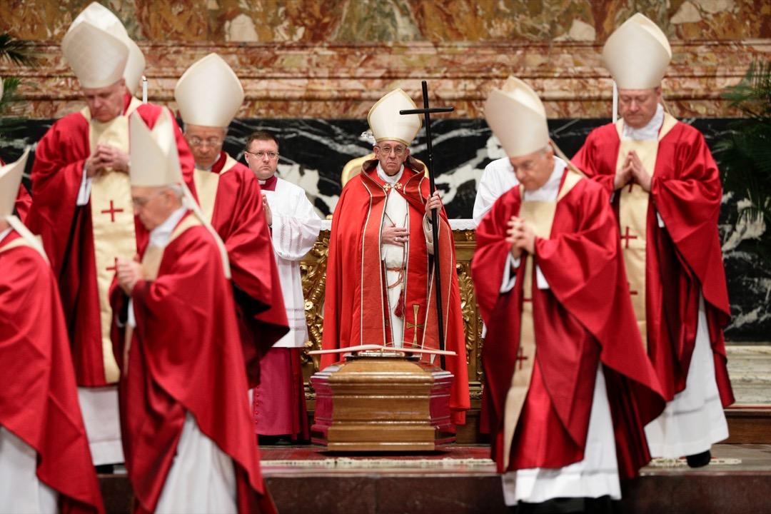 2017年12月21日,梵蒂岡,教宗方濟各在聖彼得大教堂為樞機主教Bernard Law舉行了葬禮儀式。享年86歲的Law於12月20日逝世,他曾包庇數十名強姦和性騷擾兒童的牧師,在不通知家長和警方的情況下將他們秘密轉移到其他教區,並因爲此事件在2002年辭去波士頓大主教職務。