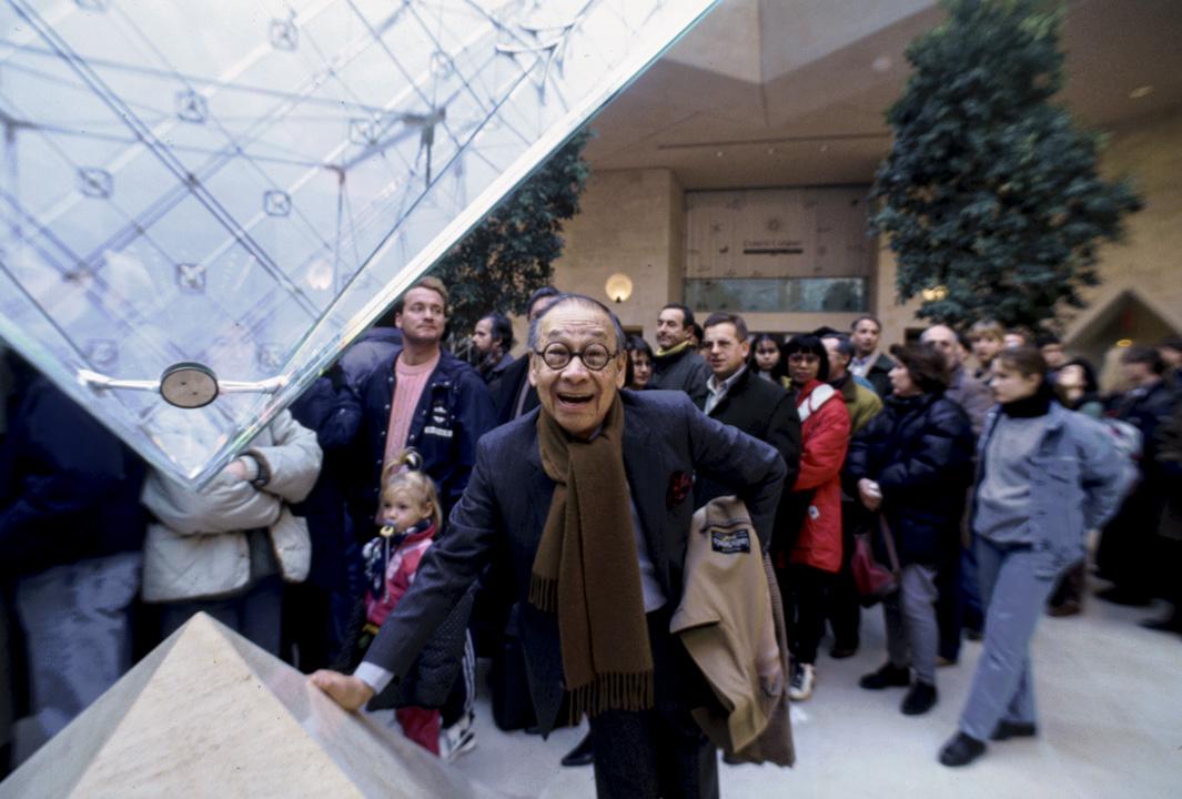 著名建築師貝聿銘,環顧與他同世代的華人建築師,或是困於時代政經大環境的現實,或者難以拿捏西方價值觀主導下的現代建築位置點,舉足運籌各有其困頓猶豫處,似乎皆沒有貝聿銘的自在靈活。 攝:Owen Franken/Corbis via Getty Images
