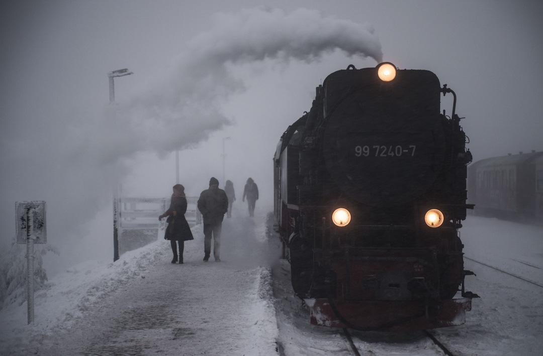 2017年11月26日,德國一架蒸汽火車到達由白雪覆蓋的Brocken 火車站。