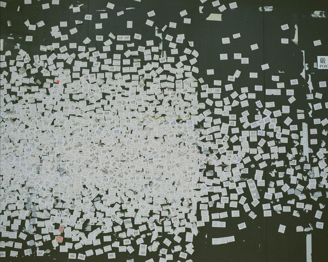 2017年10月,紅磡一幢工廠大廈的外牆,貼滿內地旅客的訪客貼紙。