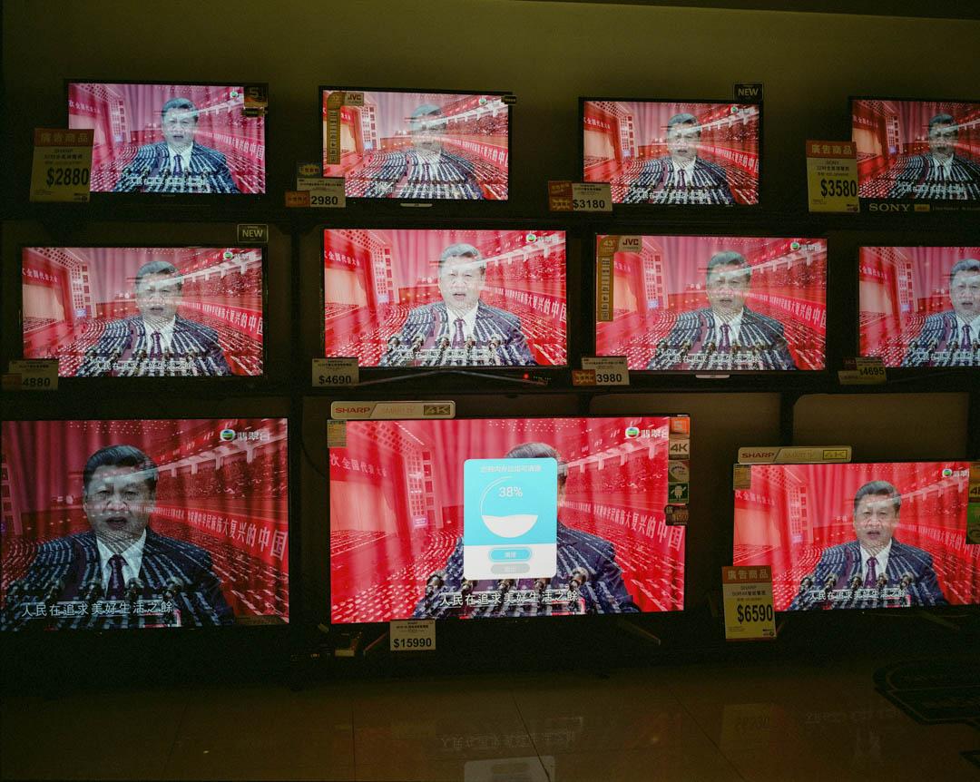 2017年10月,香港一間電器店直播中共十九大特備新聞節目,習近平期間發表講話。