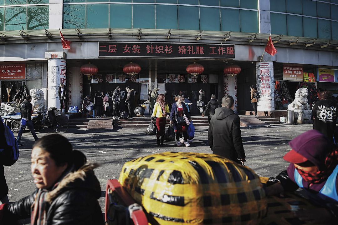 浙江村是由來自浙江溫州地區的服裝加工、經營戶於1980年代中期形成的聚居區,人口規模曾達近十萬。 攝:尹夕遠/端傳媒