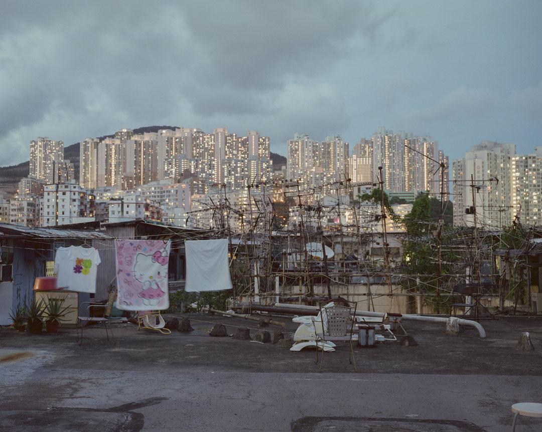 2017年6月,九龍區一個天台上,懸掛著晾曬的衣服,遠處是公共房屋。