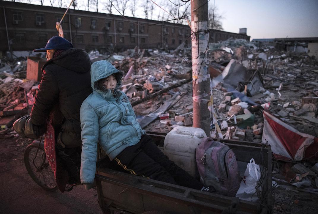 北京大興區的一場火災與隨之而來的消防整治行動,演變成了全城動員的「北京切除」。整治、騰空公寓、驅逐「低端人口」、拆除建築、恢復「古都風貌」的行動日夜不停上演。 攝:Kevin Frayer/Getty Images