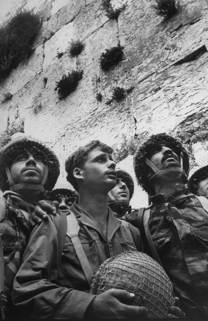 1967年6月9日,以色列士兵站在耶路撒冷舊城區的哭牆前,在此之前耶路撒冷歸屬約旦統治,不容許猶太人到哭牆禱告,哭牆無人哭達19年之久。從「六日戰爭」以後,以色列士兵在哭牆前祈禱的畫面便深深地刻在以色列的國家意識中,耶路撒冷成了狂熱的宗教崇拜中心,它作為象徵的重要性被強化。
