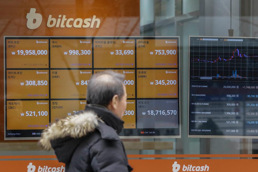 2017年12月15日,南韓首爾一間虛擬貨幣找換店的屏幕,正顯示比特幣即時價格。