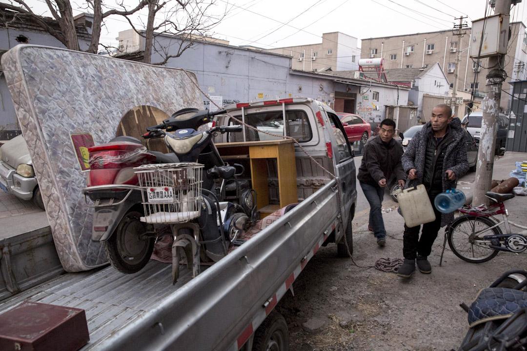 北京大興區公寓火災後,當局全面整治市面的違建問題,下令居住在違章建築內的人士,包括外地勞工及低收入基層民眾等短期內搬離。圖為2017年11月27日,民工將貨物裝在卡車上。 攝:Ng Han Guan / AP