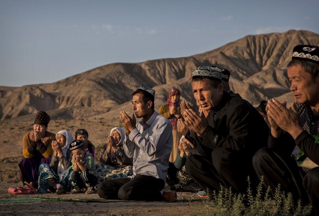 世界上的民族國家多是多民族共同體,極少單一民族國家。於是國家主權和民族自決權就成為民族國家範式不可化解的一對內在矛盾。圖為新疆新疆維吾爾自治區,穆斯林在祈禱。