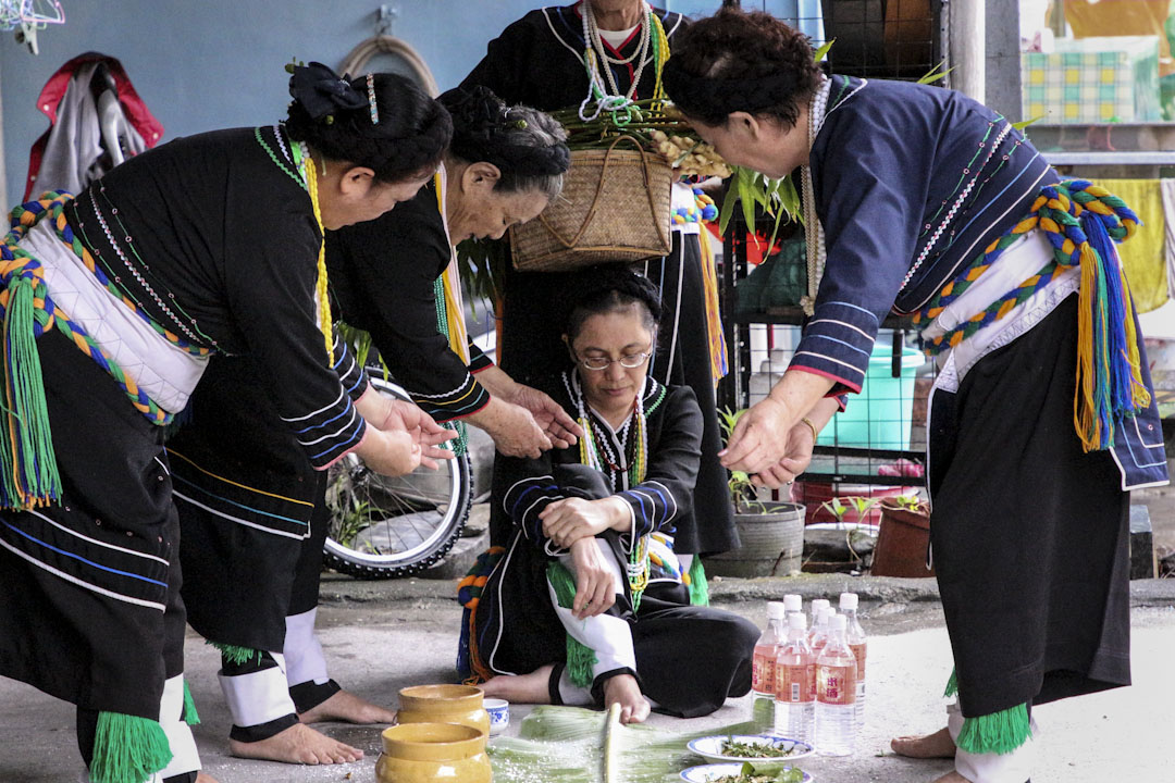 巴奈·母路在花蓮東昌村與 Sikawasay 團體一起進行儀式。 攝:金其琪/ 端傳媒