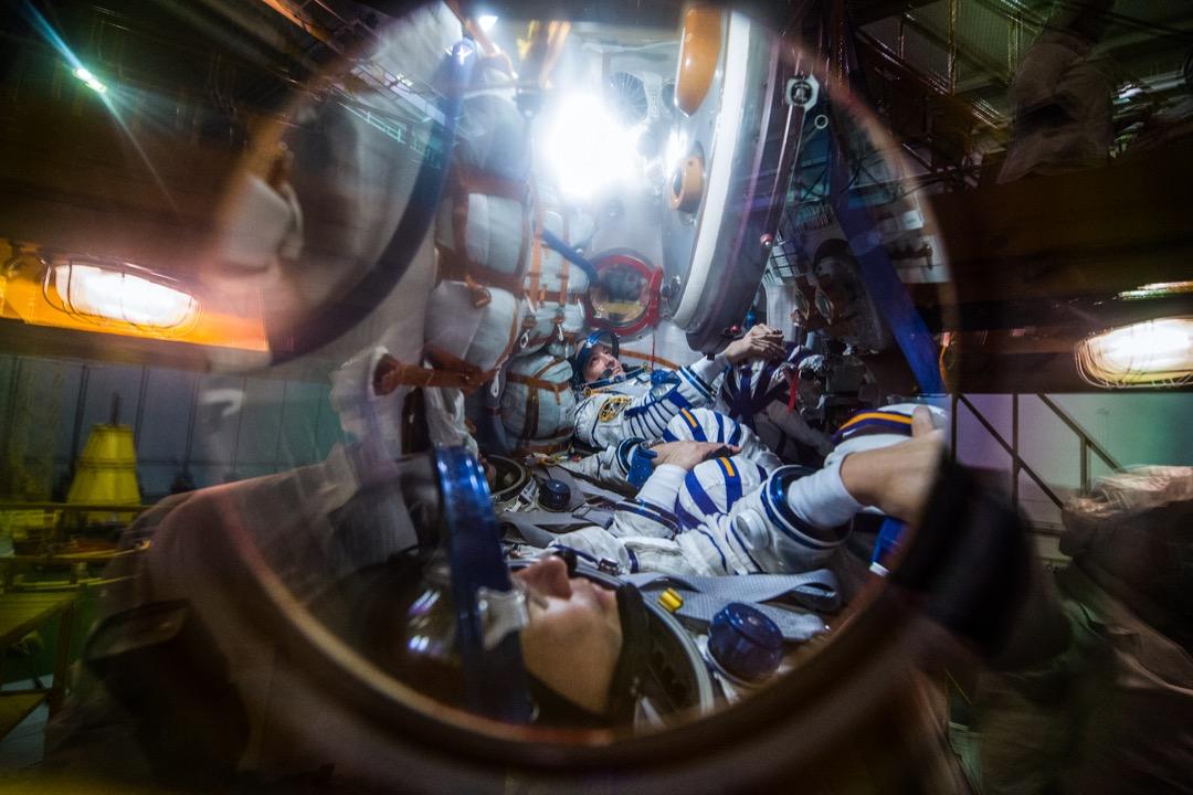 2017年12月5日,哈薩克拜科努爾航天發射場,美國太空總署太空人 Scott Tingle,俄羅斯太空人 Anton Shkaplerov 和日本航空航天探索局太空人 Norishige Kanai 在出發到國際太空站前作飛行準備。