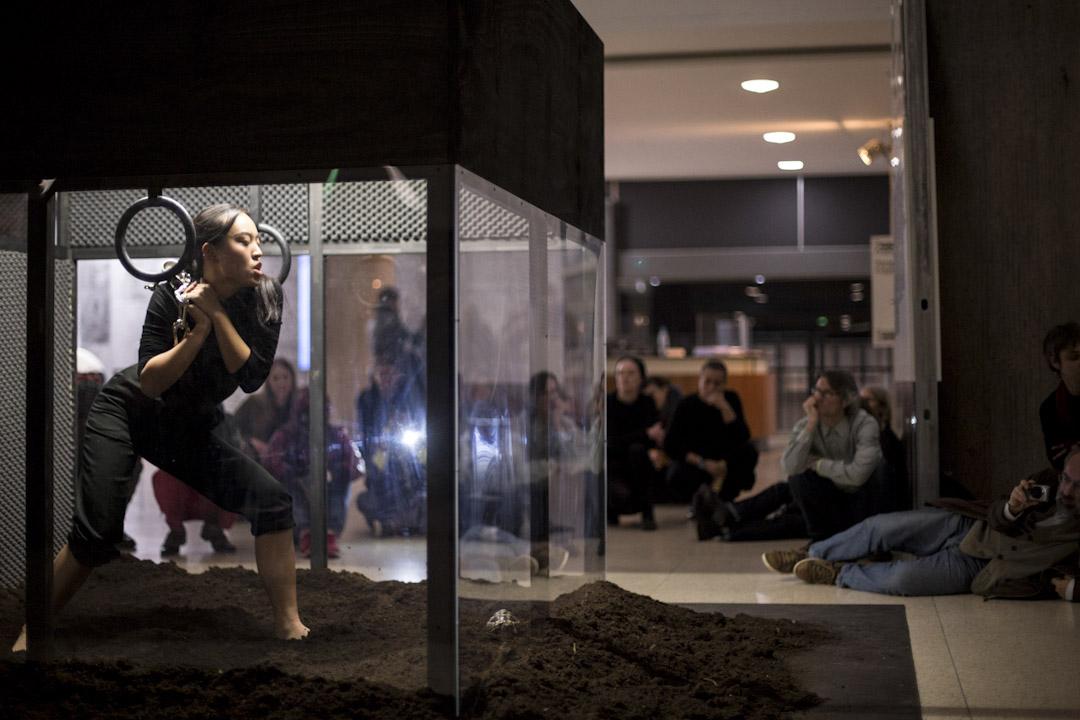 潘岱靜在柏林Haus der Kulturen der Welt的一個演出,名為「In Service of A Song」,潘自己創作的一個裝置作品,表演在盒子裏進行。