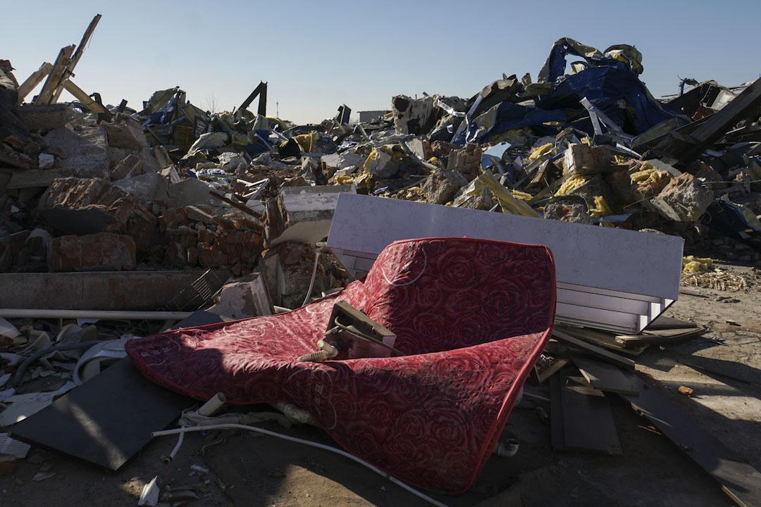 清拆後的新建村到處都是被遺棄的傢俱和雜物。
