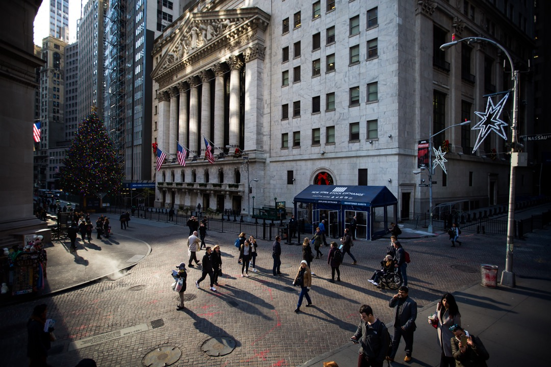 美國華爾街,途人在紐約證券交易所外走過。
